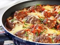 Пържени кюфтета на тиган с доматен сос, поръсени и запечени с кашкавал или сирене моцарела на фурна - снимка на рецептата